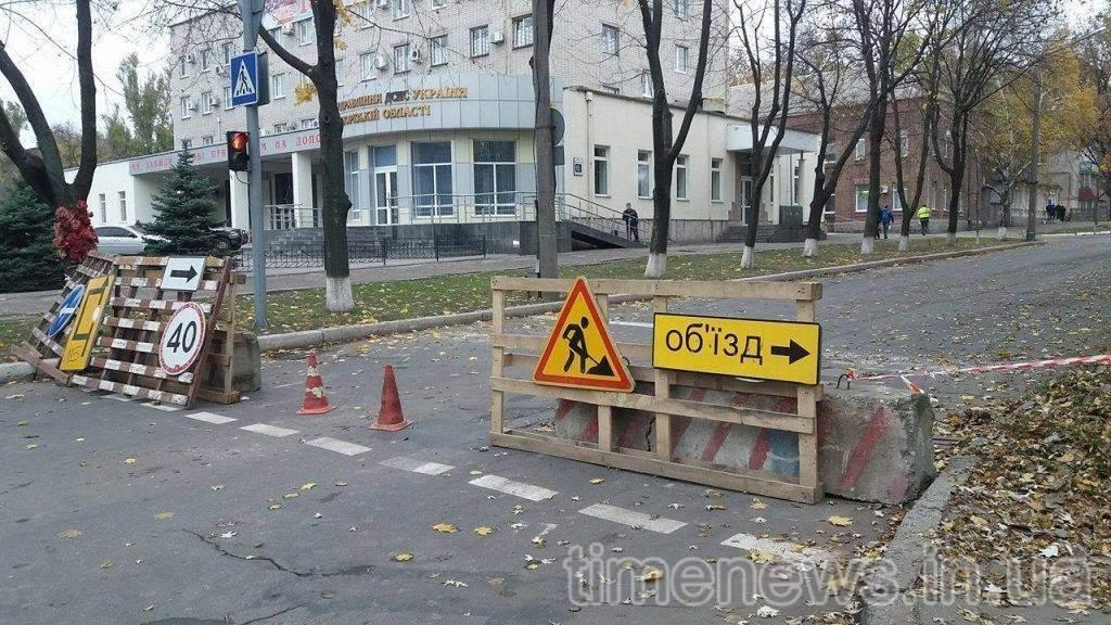 В центре Запорожья перекрыли движение: коммунальщики меняют коммуникации, — ФОТО, фото-1