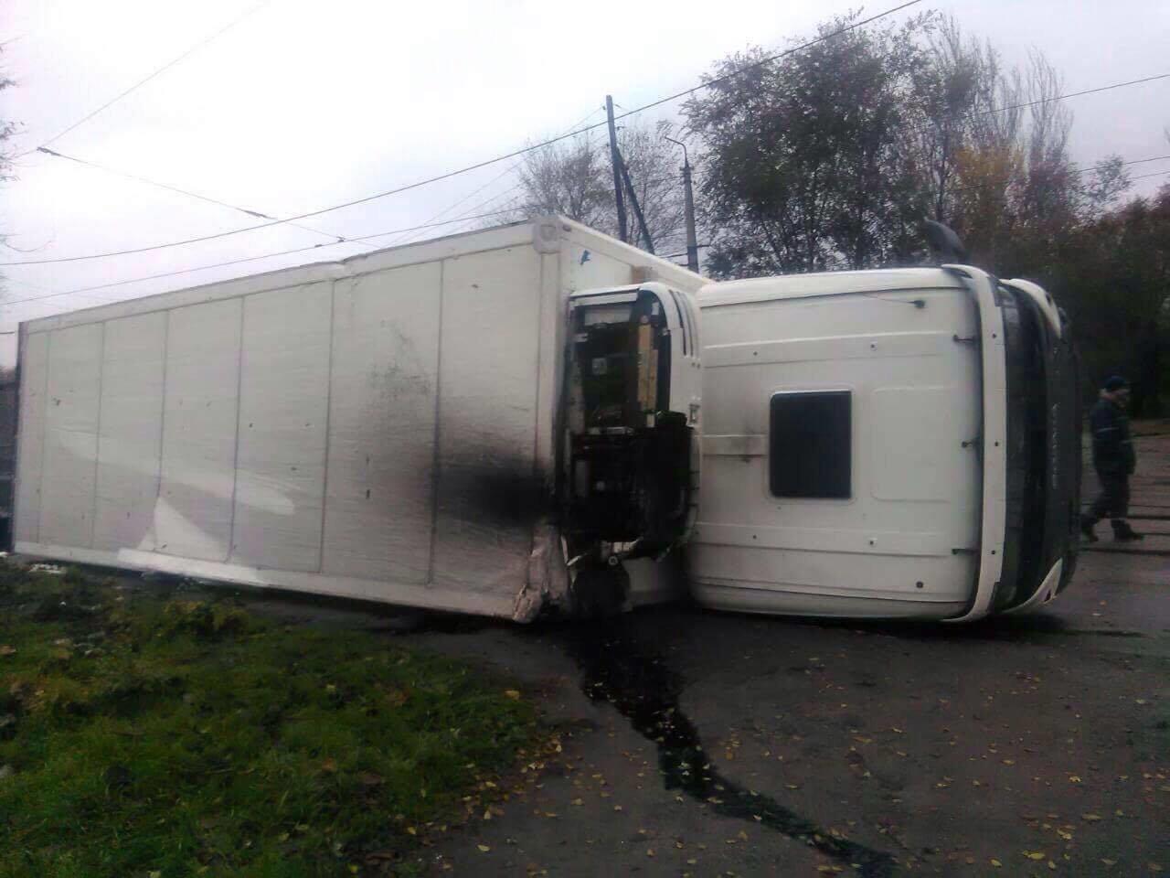 В Запорожье на Калибровой перевернулся грузовик: фура заблокировала дорогу, – ФОТО, фото-1