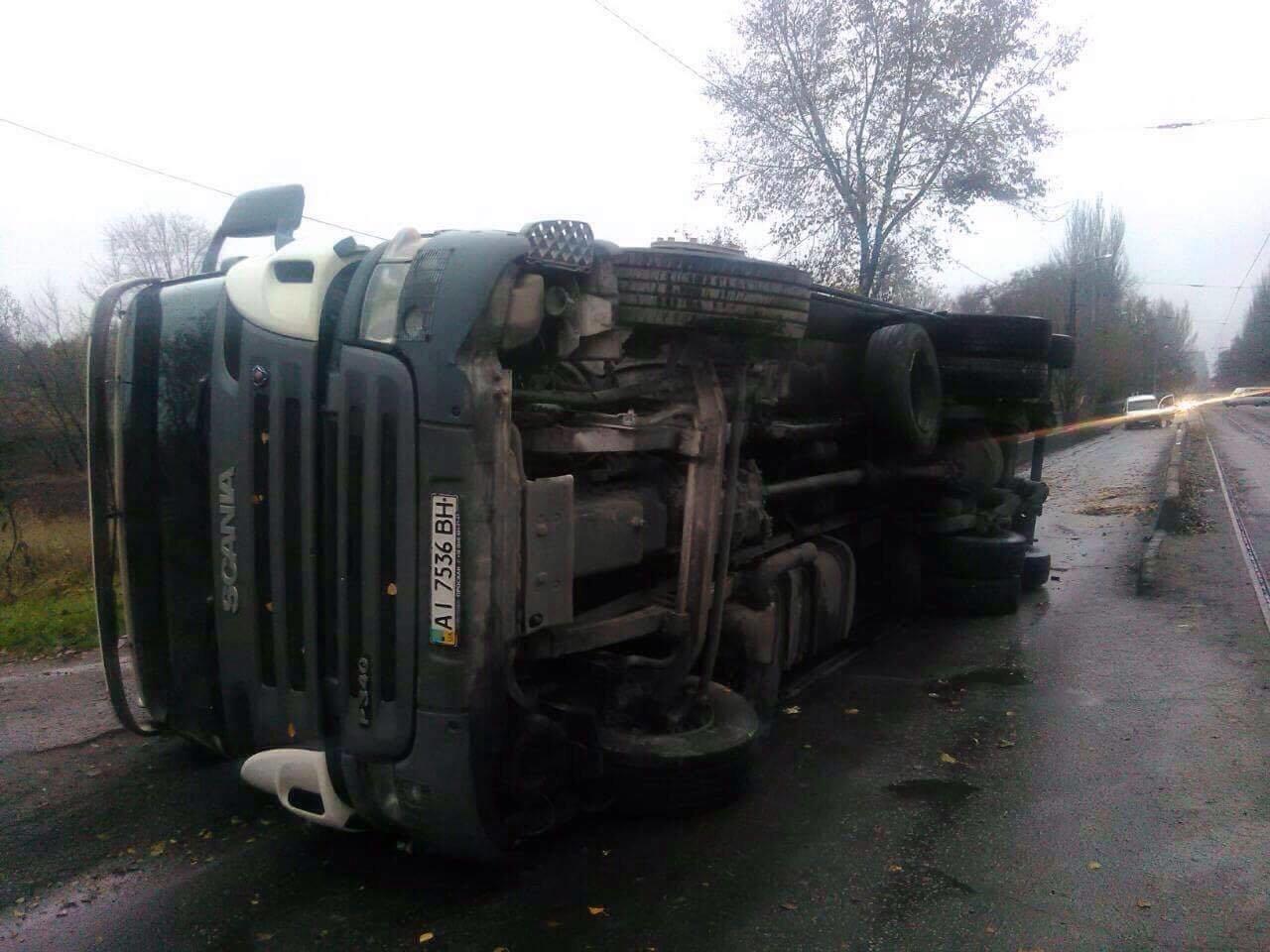 В Запорожье на Калибровой перевернулся грузовик: фура заблокировала дорогу, – ФОТО, фото-2
