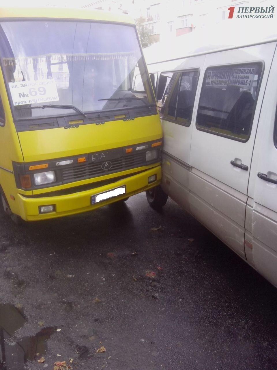 В центре Запорожья столкнулись две маршрутки с пассажирами, - ФОТО, фото-2