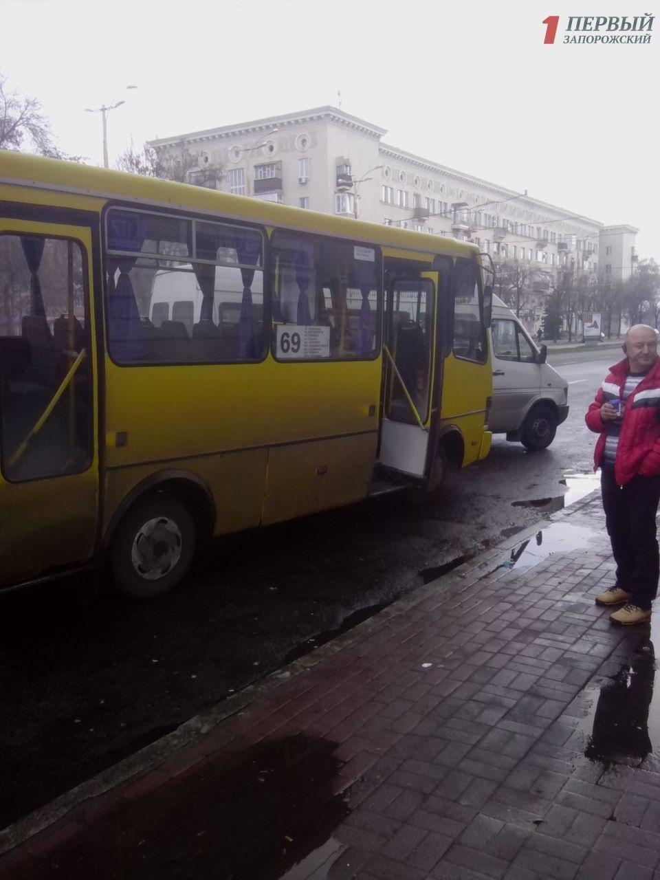 В центре Запорожья столкнулись две маршрутки с пассажирами, - ФОТО, фото-3