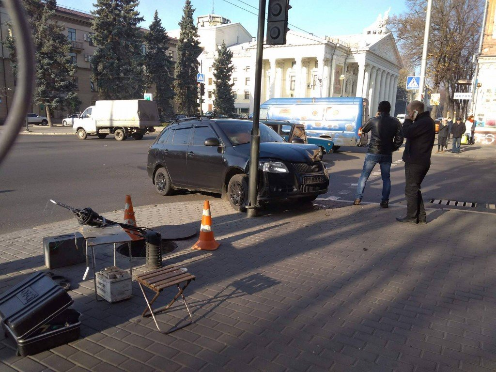 "В центре Запорожья столкнулись ""BMW"" и ""Skoda"", — ФОТО, фото-1"