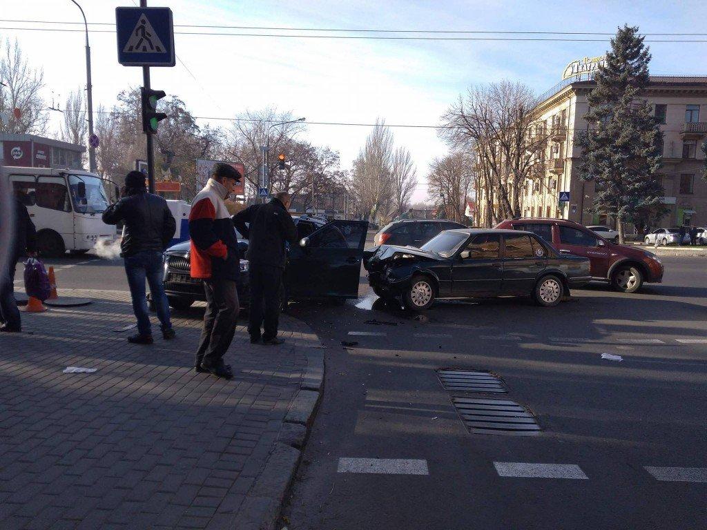 "В центре Запорожья столкнулись ""BMW"" и ""Skoda"", — ФОТО, фото-2"