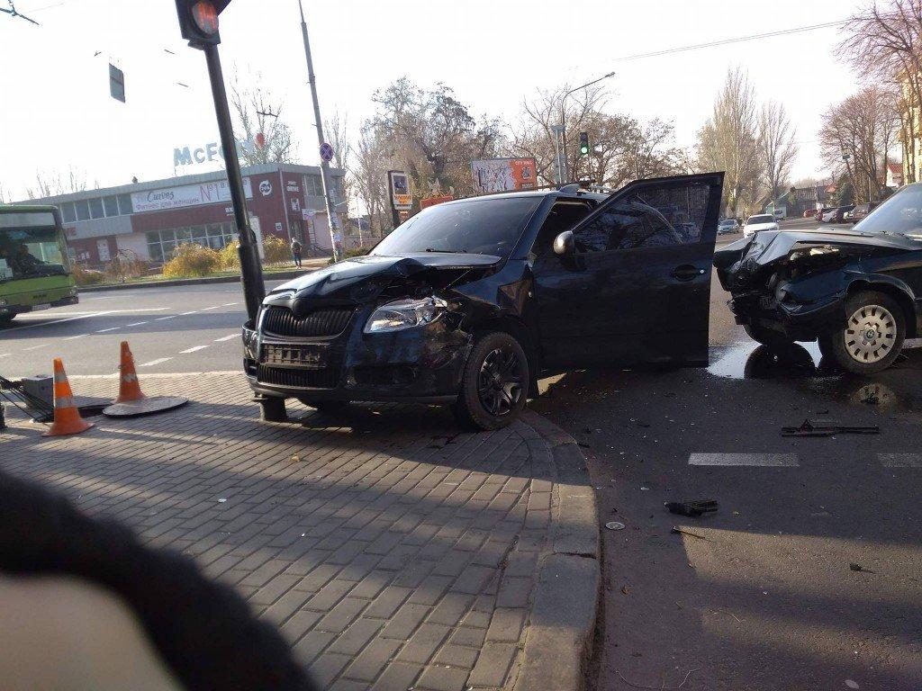 "В центре Запорожья столкнулись ""BMW"" и ""Skoda"", — ФОТО, фото-3"
