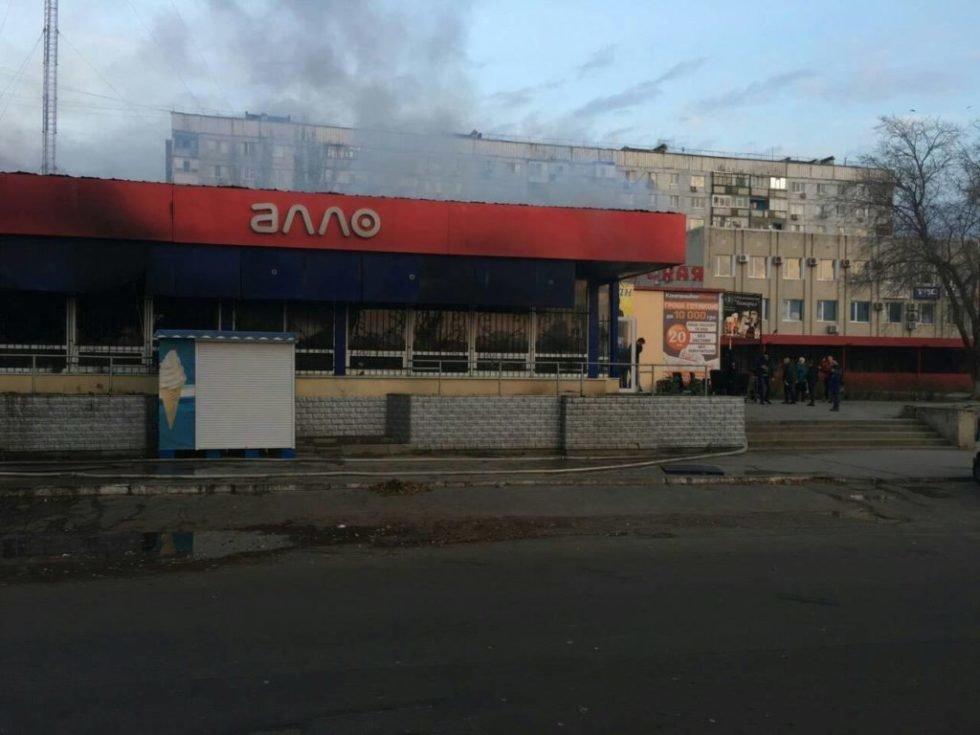 В Запорожской области в торговом центре случился пожар: сгорел магазин техники, - ФОТО, ВИДЕО, фото-3