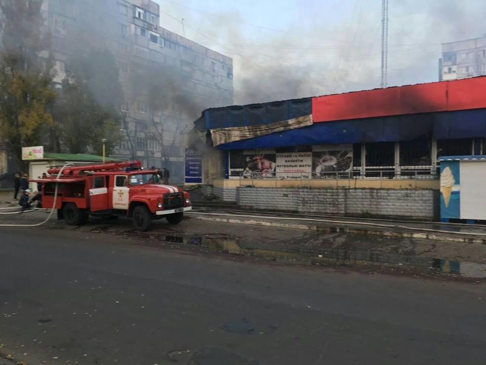 В Запорожской области в торговом центре случился пожар: сгорел магазин техники, - ФОТО, ВИДЕО, фото-1