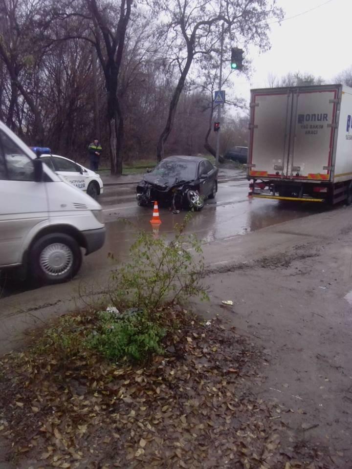 В Запорожье у автомобиля от удара в электроопору вылетел двигатель, - ФОТО, фото-2