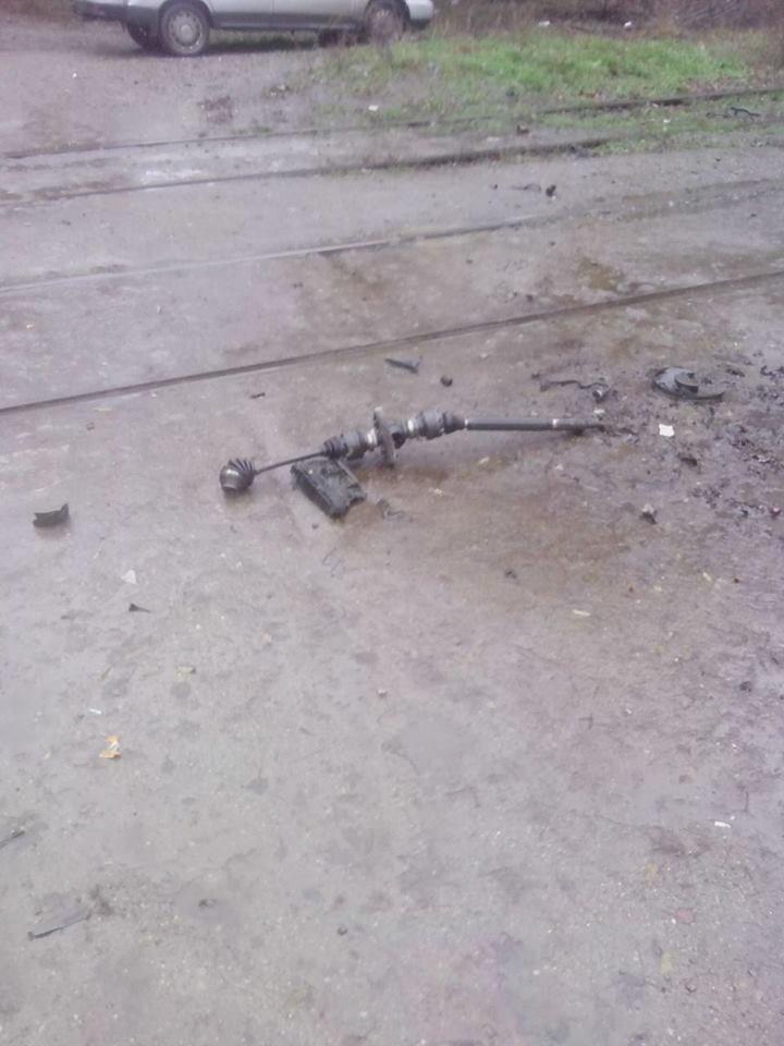 В Запорожье у автомобиля от удара в электроопору вылетел двигатель, - ФОТО, фото-4