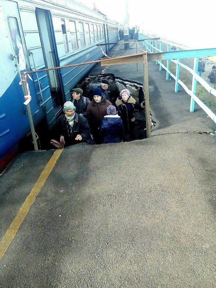В Запорожской области вандалы разрушили железнодорожную платформу, - ФОТО, фото-1