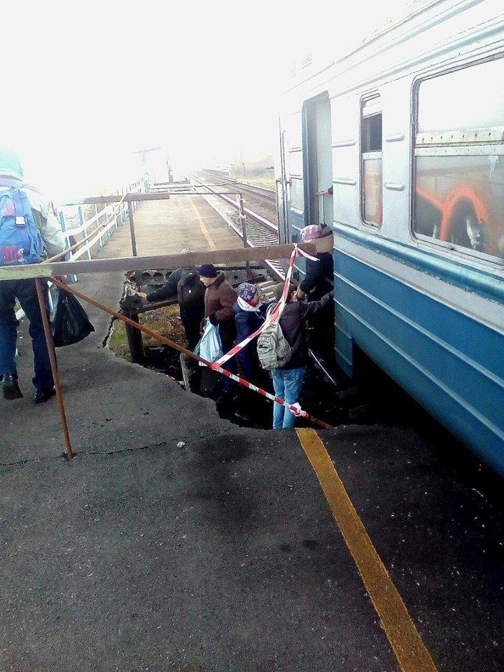 В Запорожской области вандалы разрушили железнодорожную платформу, - ФОТО, фото-2