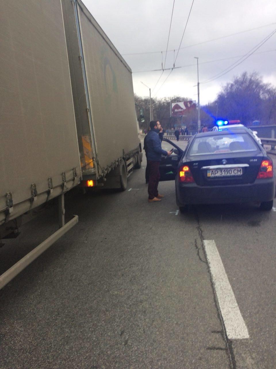Утром на ДнепроГЭСе дорогу не поделили грузовик и легковушка, - ФОТО, фото-2