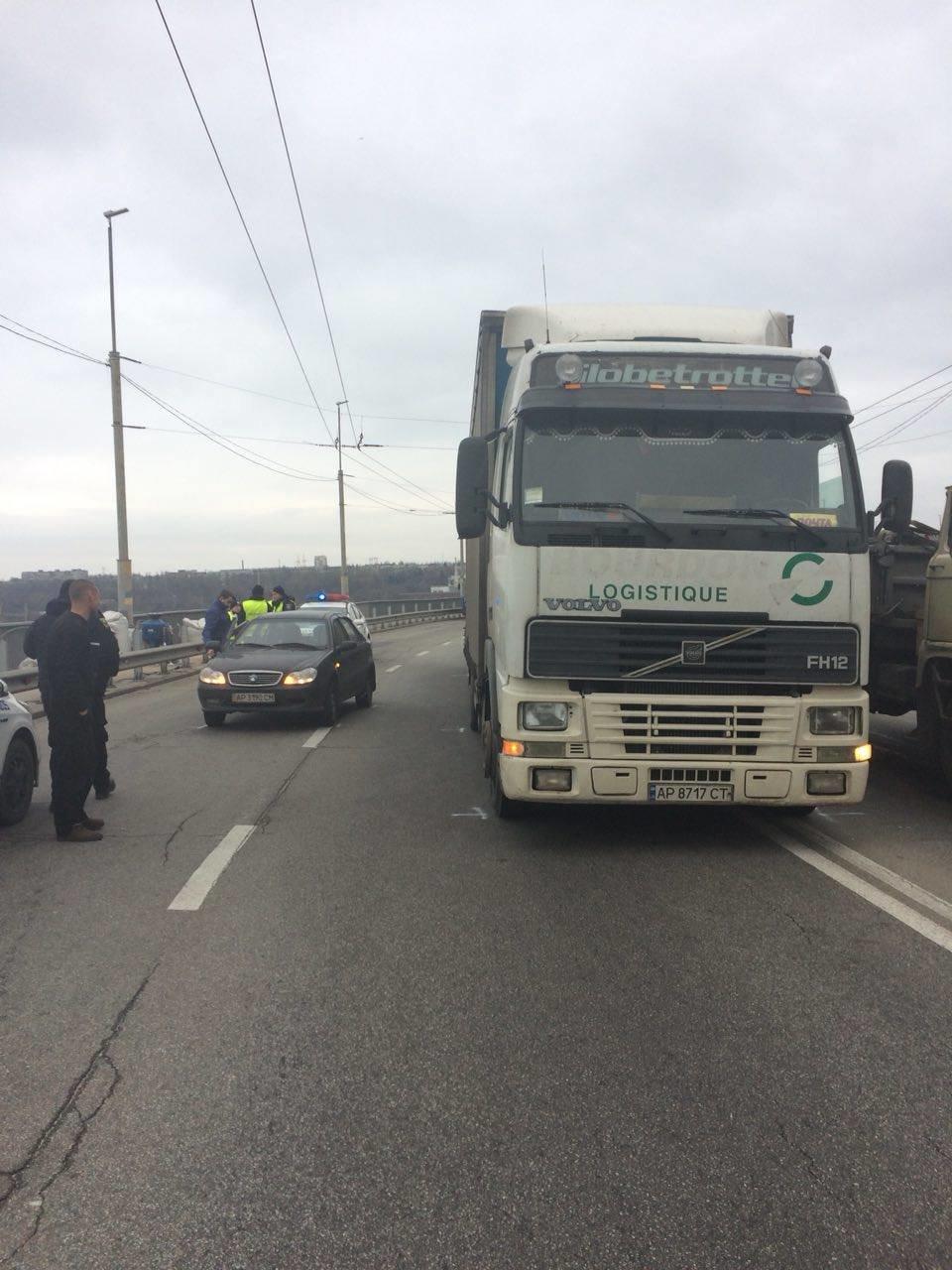 Утром на ДнепроГЭСе дорогу не поделили грузовик и легковушка, - ФОТО, фото-6