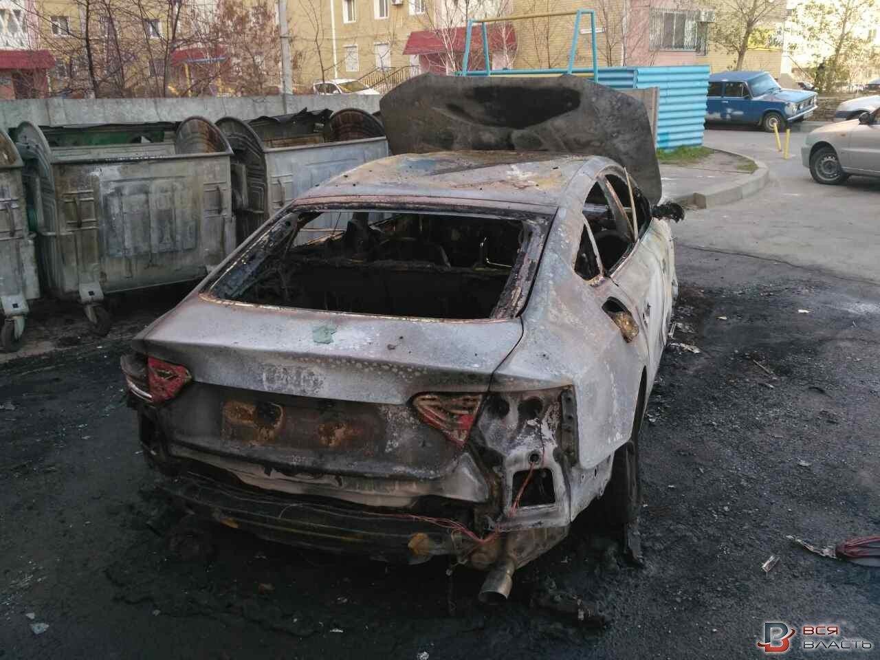 В Запорожье на Южном во дворе сгорели три иномарки, – ФОТО, фото-1