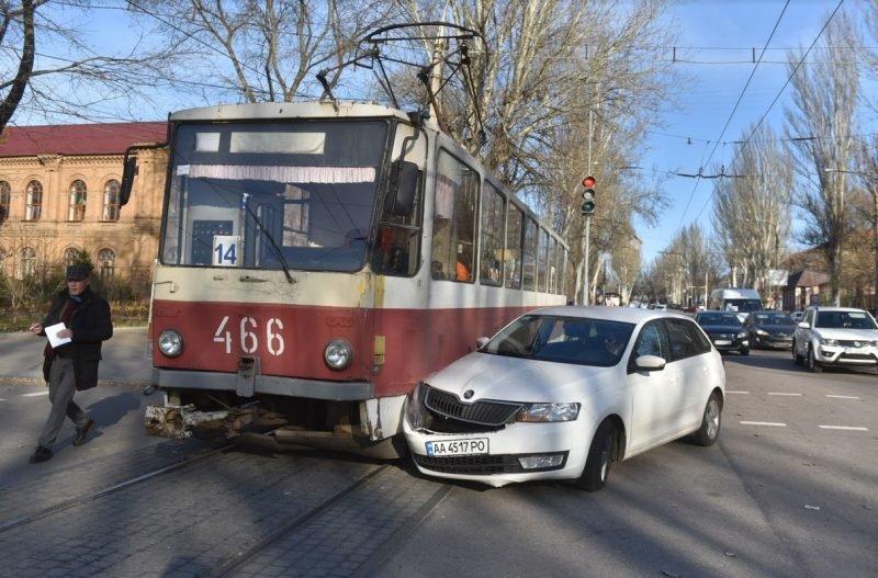 В Запорожье легковушка въехала в трамвай, — ФОТО, фото-1