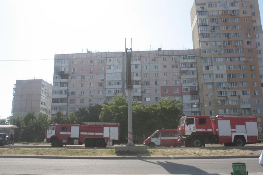 В Запорожье горела квартира в многоэтажке: тушить пожар приехали 23 спасателя, – ФОТО, фото-1