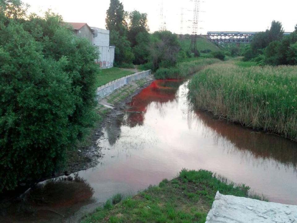 В Запорожье река окрасилась в ярко-красный цвет, - ФОТО, фото-1