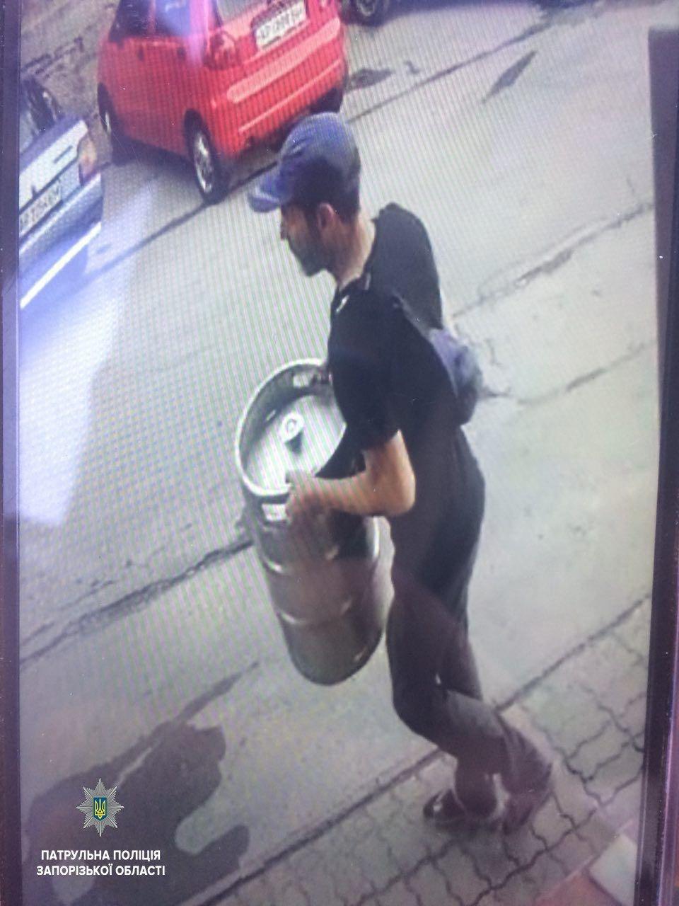 На Соборном мужчина украл пивную кегу, стоявшую у магазина, - ФОТО, фото-1