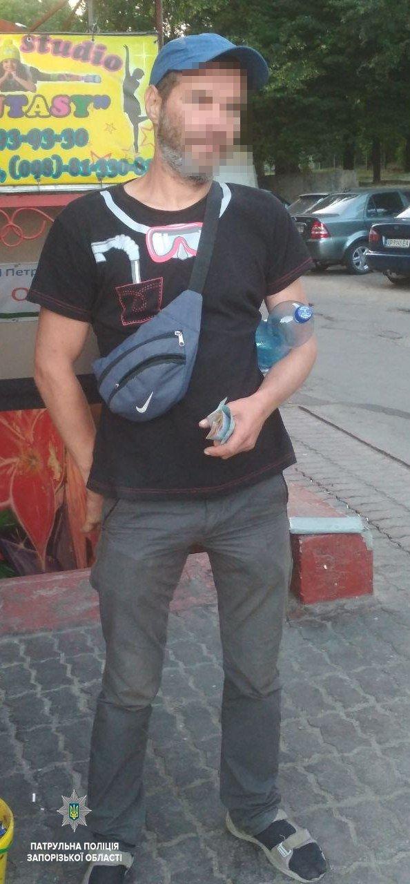 На Соборном мужчина украл пивную кегу, стоявшую у магазина, - ФОТО, фото-2