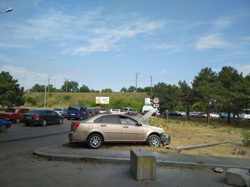 В Запорожье на Хортице водитель снес столб электроосвещения, – ФОТО, фото-1