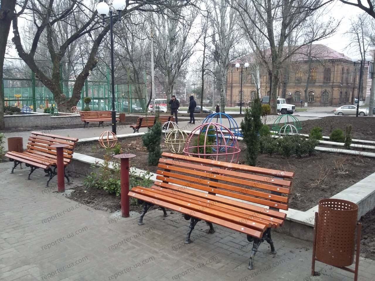 Спустя полгода после открытия в новом запорожском сквере засохла вся зелень: ее забыли поливать, – ФОТО, фото-2