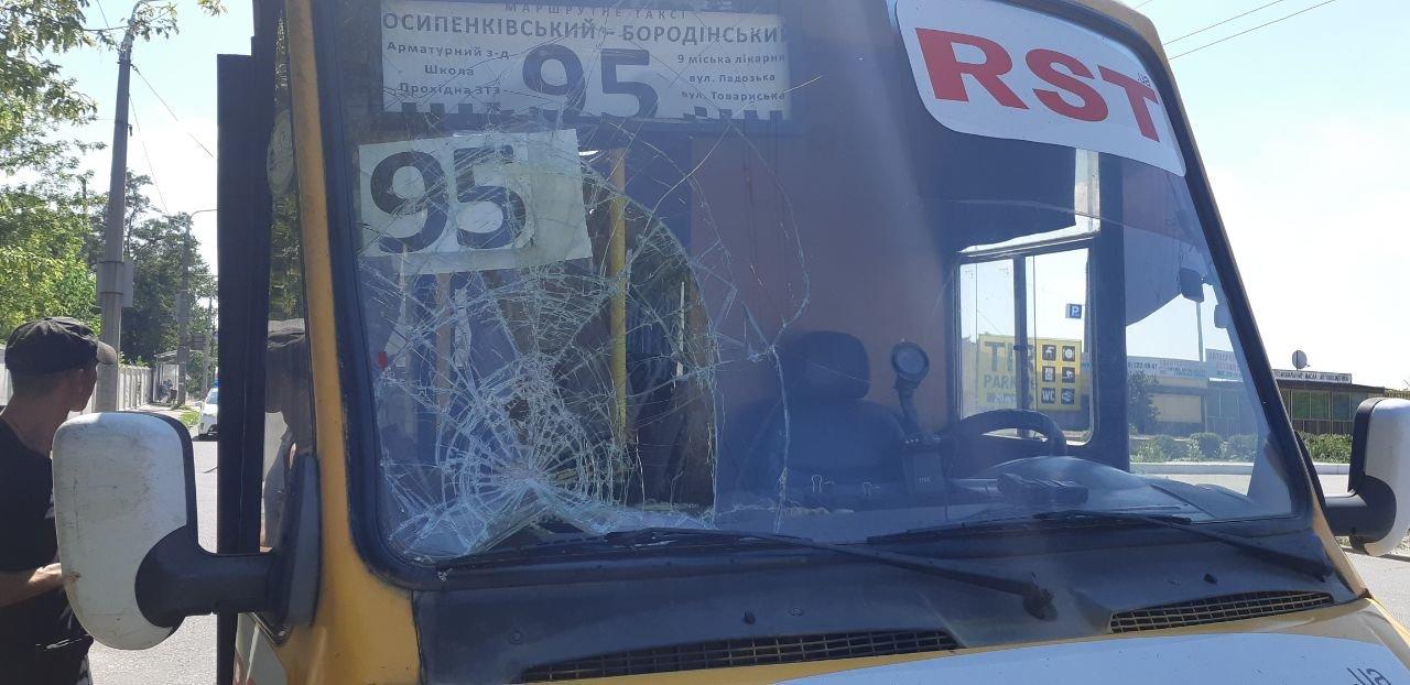 В Запорожье на лобовое стекло маршрутки упал металлический кронштейн контактной сети, – ФОТО, фото-1