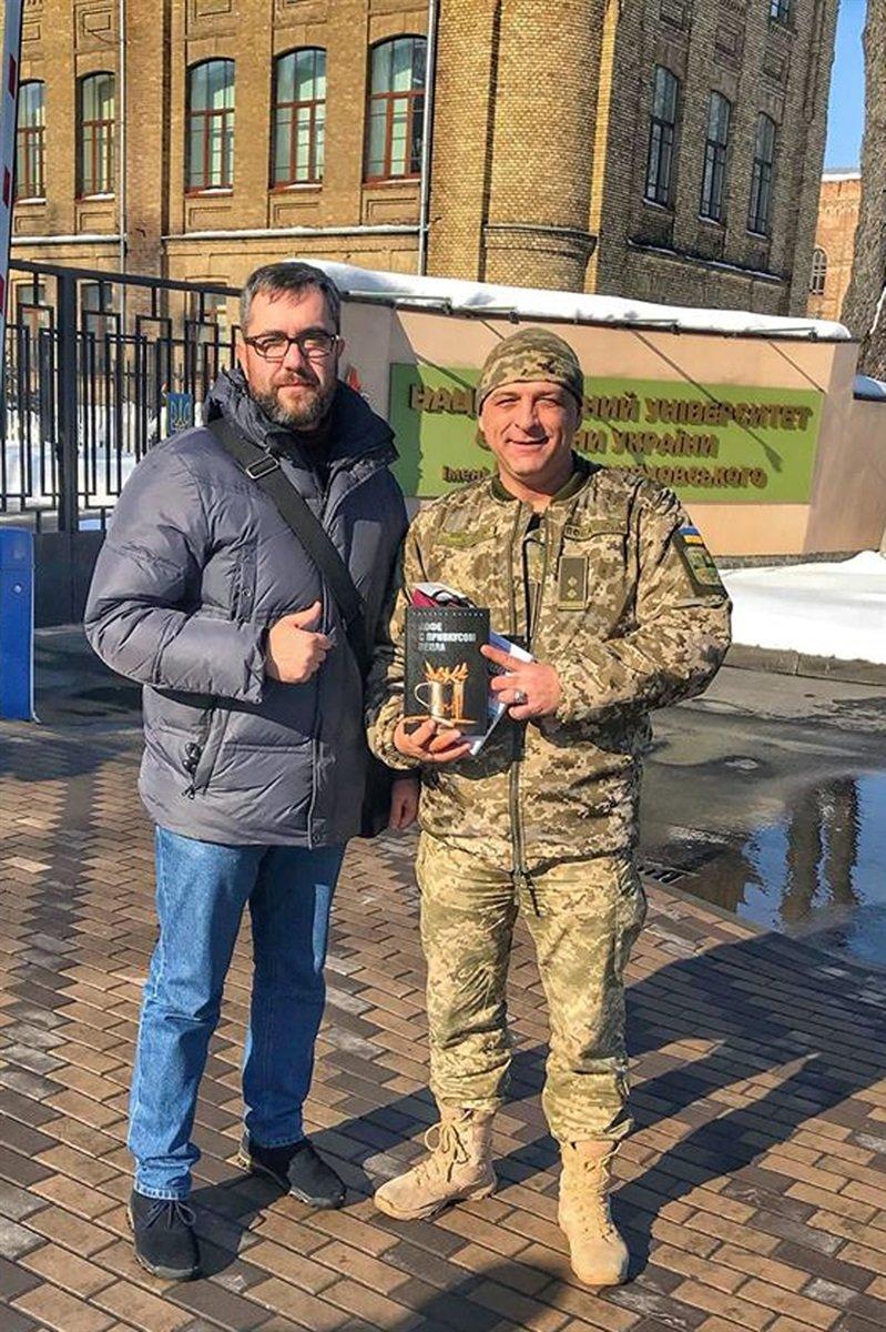 """Порошенко читает книгу мелитопольца о запорожском батальоне, """"несмотря на нехватку времени"""", фото-1"""
