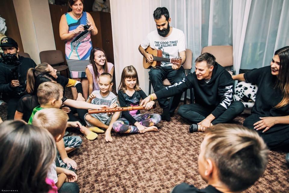 В Запорожье группа KAZKA перед своим концертом посетила детский дом, – ФОТО, фото-2
