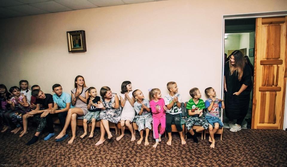 В Запорожье группа KAZKA перед своим концертом посетила детский дом, – ФОТО, фото-1