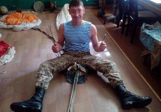 В мелитопольской части рота солдат стояла на руках, пока били срочника: потом его заставили прибить свой смартфон к дереву, фото-1