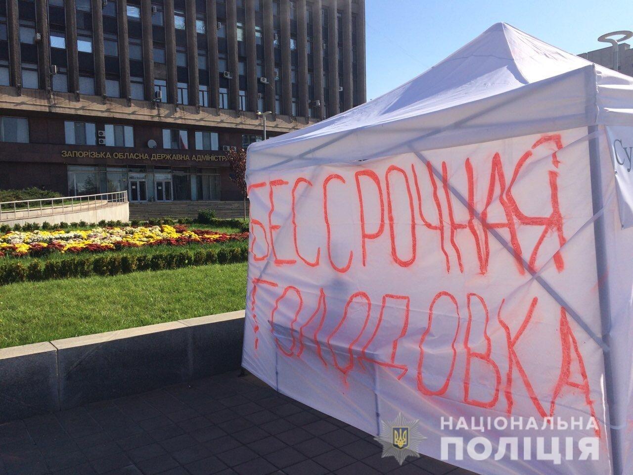 В Запорожье перед ОГА мужчина в палатке протестует против решения суда, – ФОТО, фото-2
