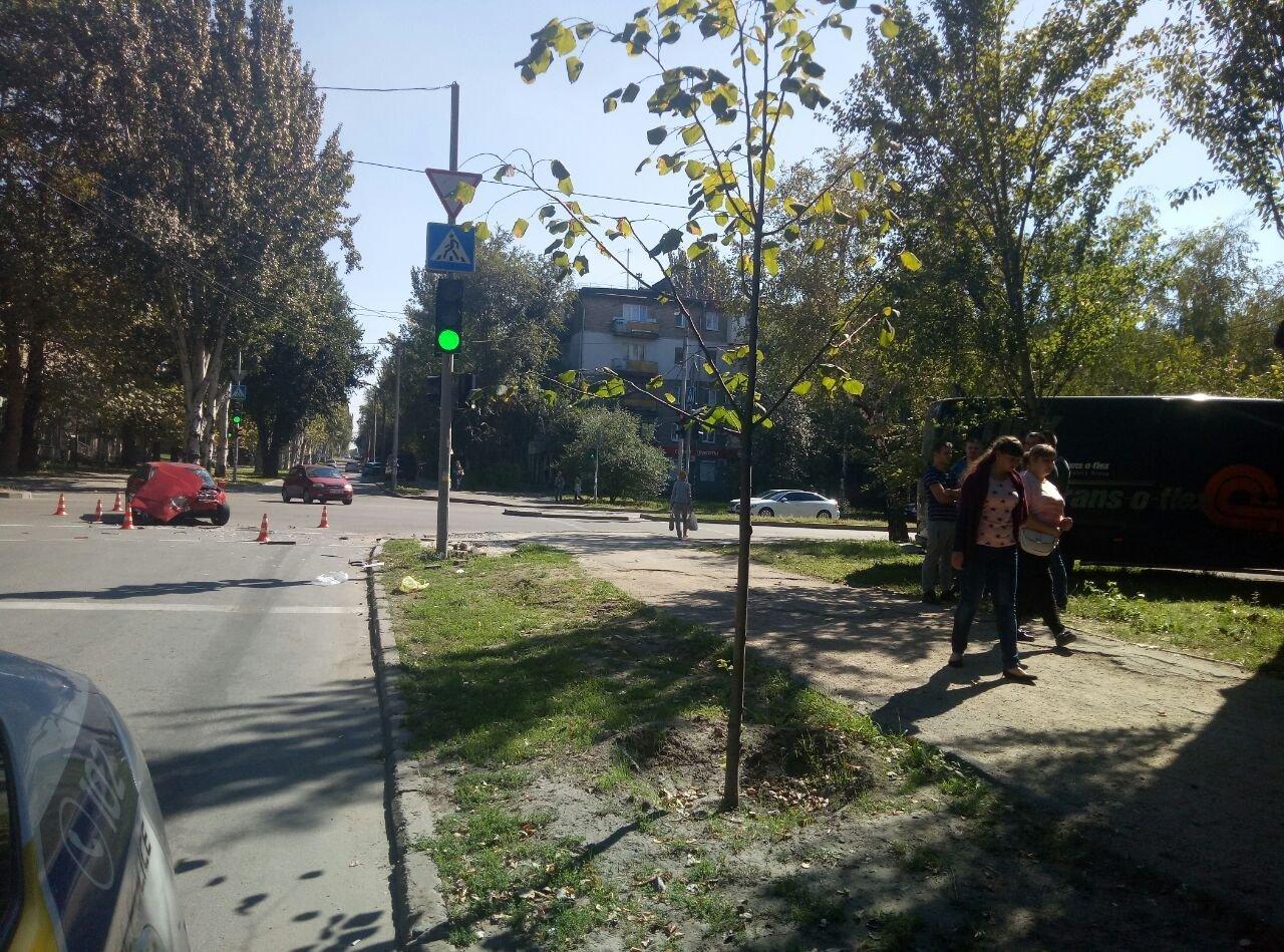 В центре Запорожья после столкновения авто отбросило на пешехода: он в тяжелом состоянии, - ФОТО, ВИДЕО, фото-3