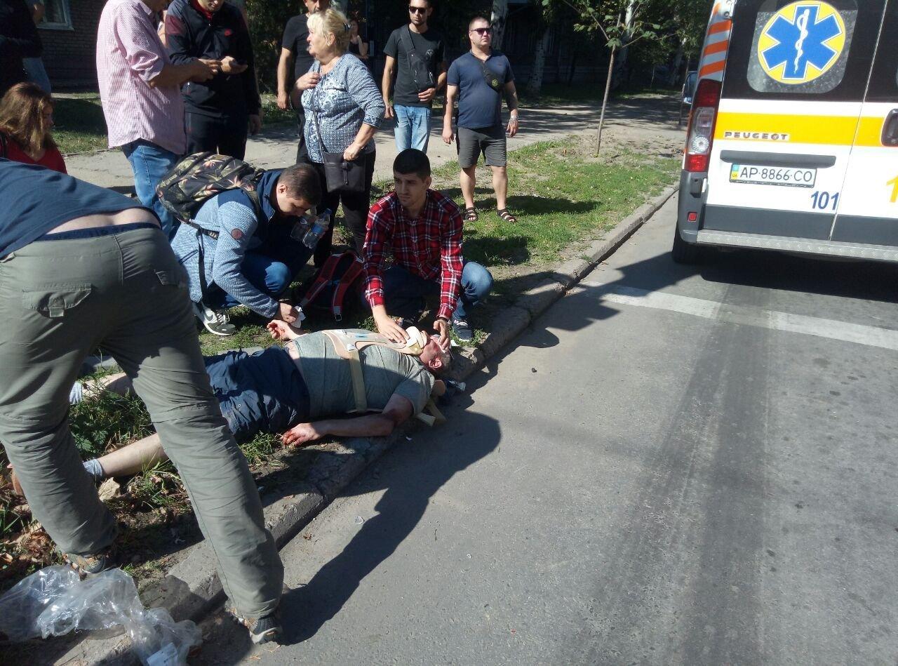 В центре Запорожья после столкновения авто отбросило на пешехода: он в тяжелом состоянии, - ФОТО, ВИДЕО, фото-1