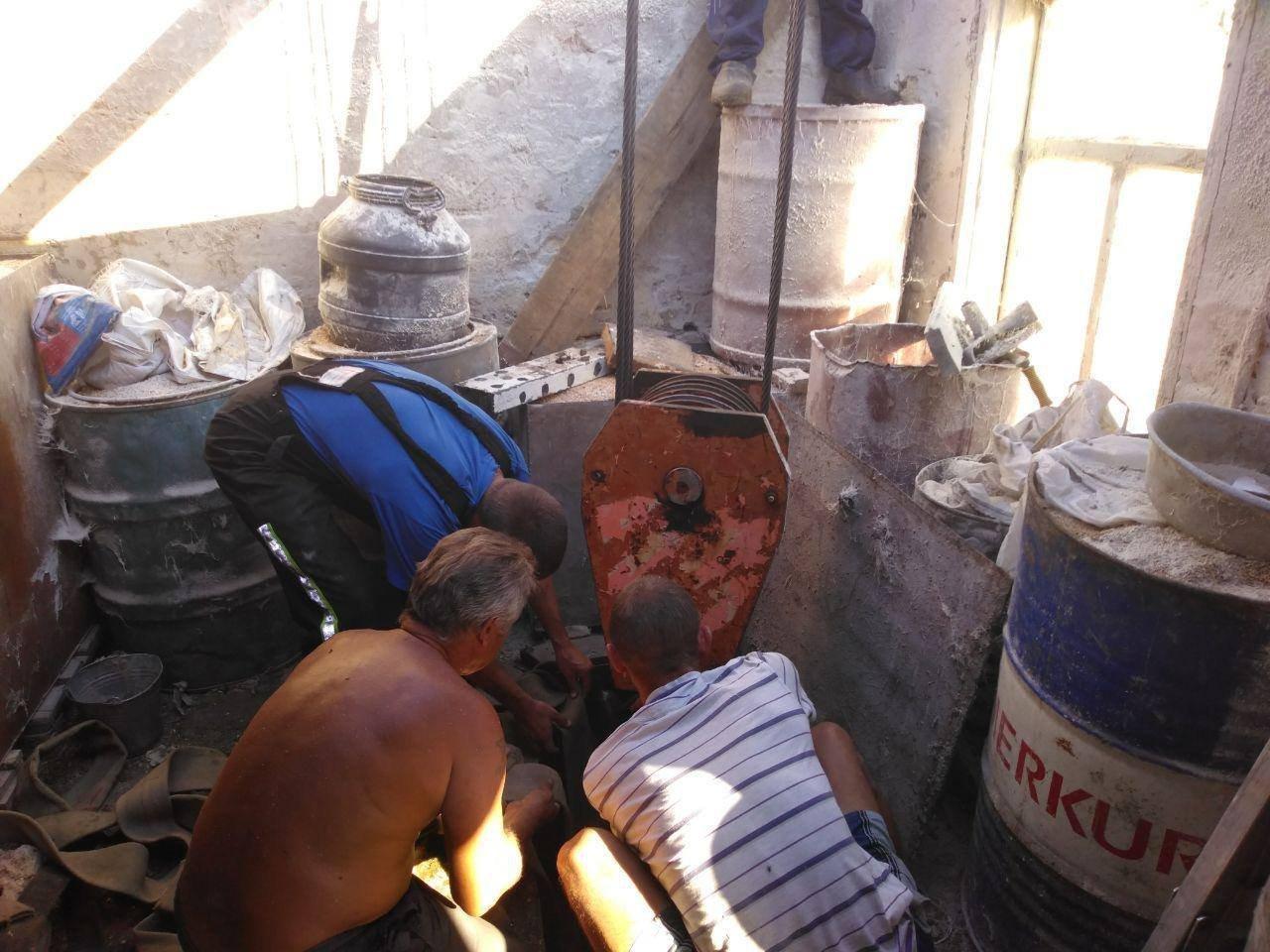 Под Запорожьем спасатели доставали из подвала корову: понадобился кран, - ФОТО, фото-4