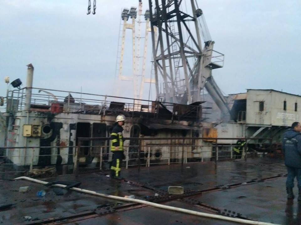 В Запорожье пожар на плавучем кране тушили 19 спасателей, – ФОТО, фото-1