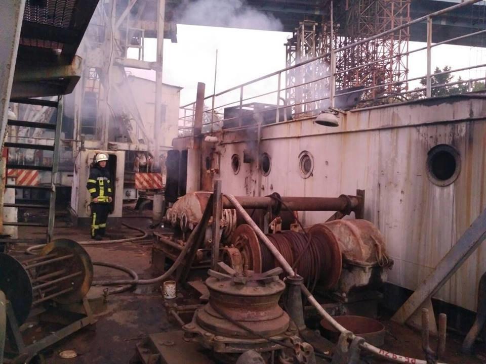 В Запорожье пожар на плавучем кране тушили 19 спасателей, – ФОТО, фото-2