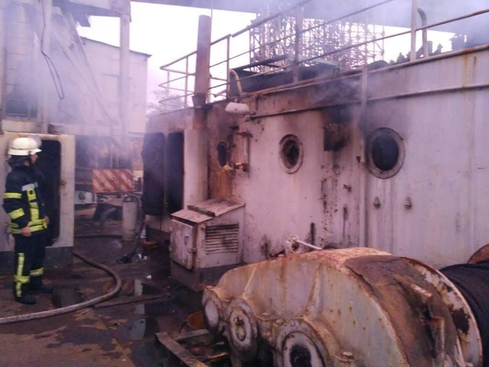 В Запорожье пожар на плавучем кране тушили 19 спасателей, – ФОТО, фото-5