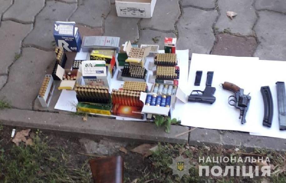 10 единиц оружия и около 800 патронов: у запорожца в гараже обнаружили настоящий арсенал оружия, – ФОТО, фото-1
