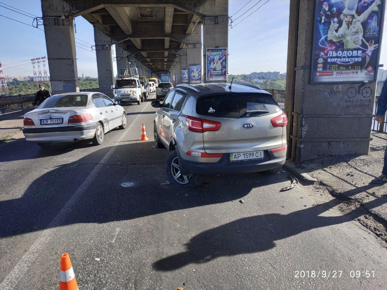 Опубликованы фото тройного ДТП на мосту Преображенского: из-за аварии центр Запорожья оказался в пробке, фото-5
