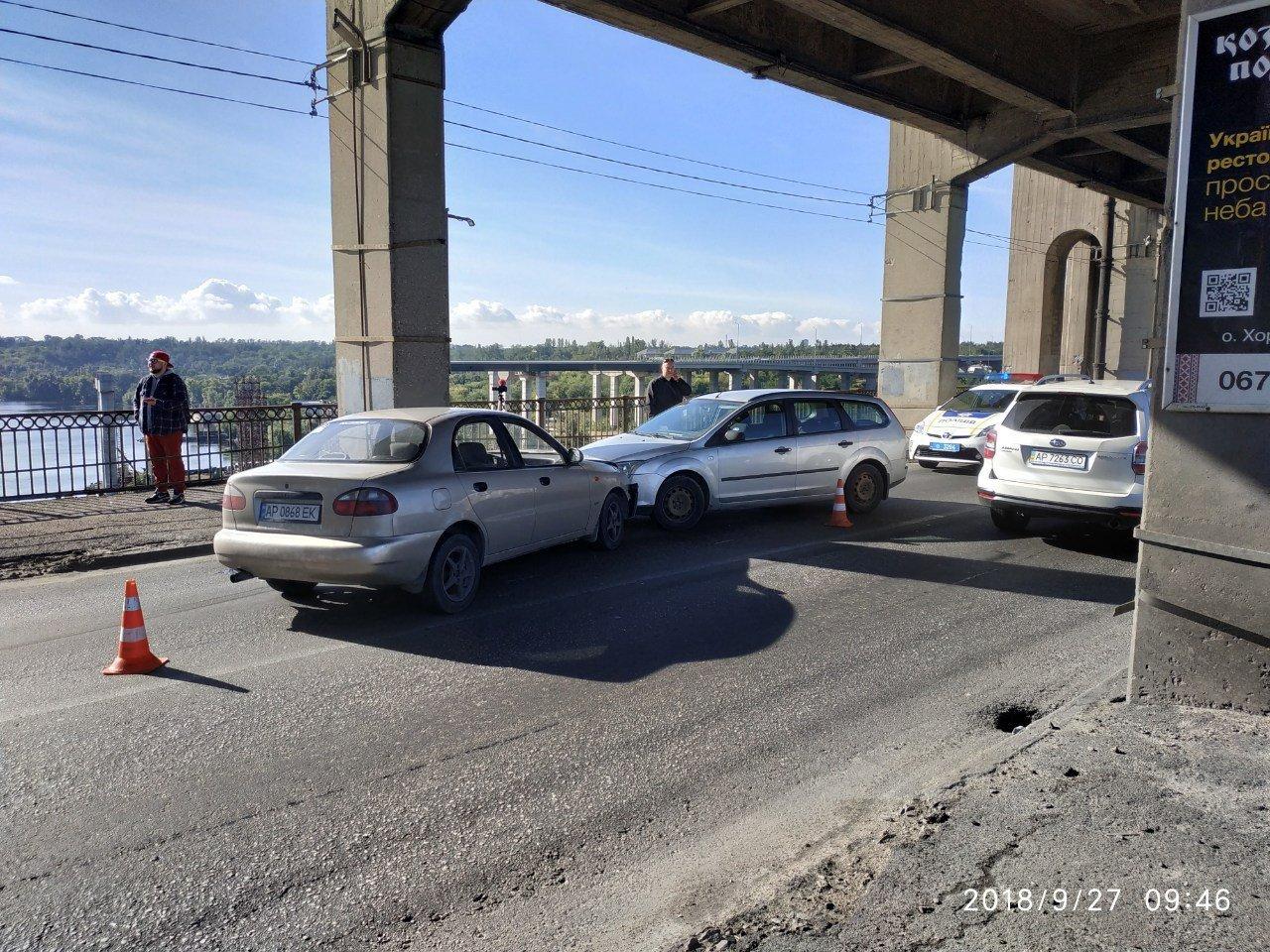 Опубликованы фото тройного ДТП на мосту Преображенского: из-за аварии центр Запорожья оказался в пробке, фото-4