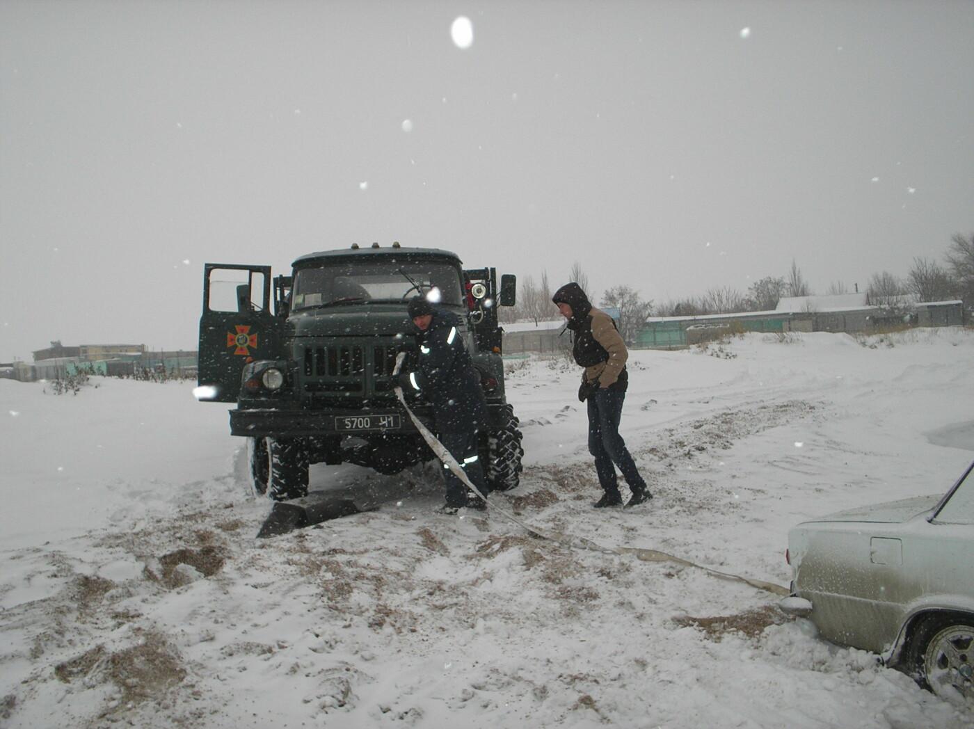 В Запорожской области машина застряла в песке и снегу: доставали спасатели, - ФОТО, фото-2