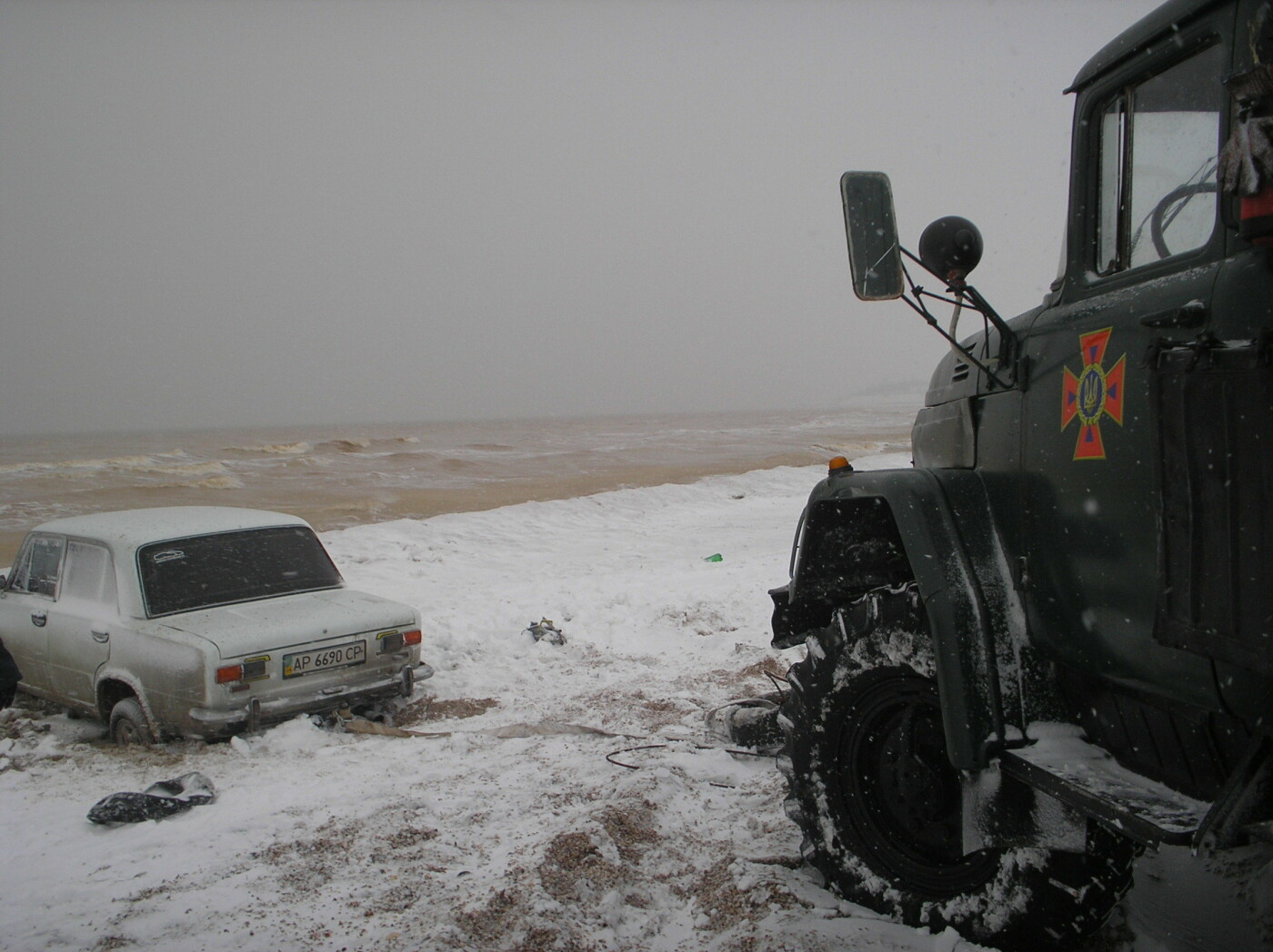 В Запорожской области машина застряла в песке и снегу: доставали спасатели, - ФОТО, фото-1