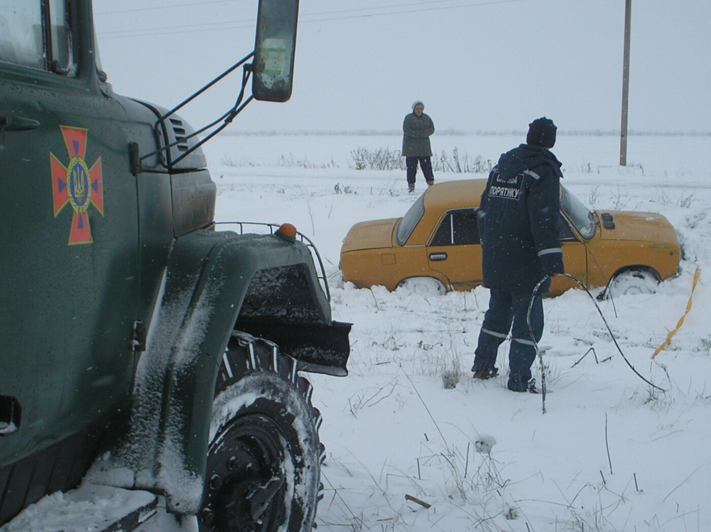 В Запорожской области машина застряла в песке и снегу: доставали спасатели, - ФОТО, фото-3