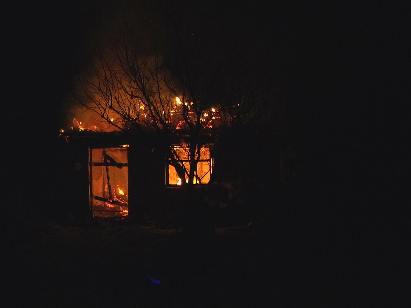 В Бердянске сгорел дачный дом: пожар тушили 5 спасателей, – ФОТО, фото-1