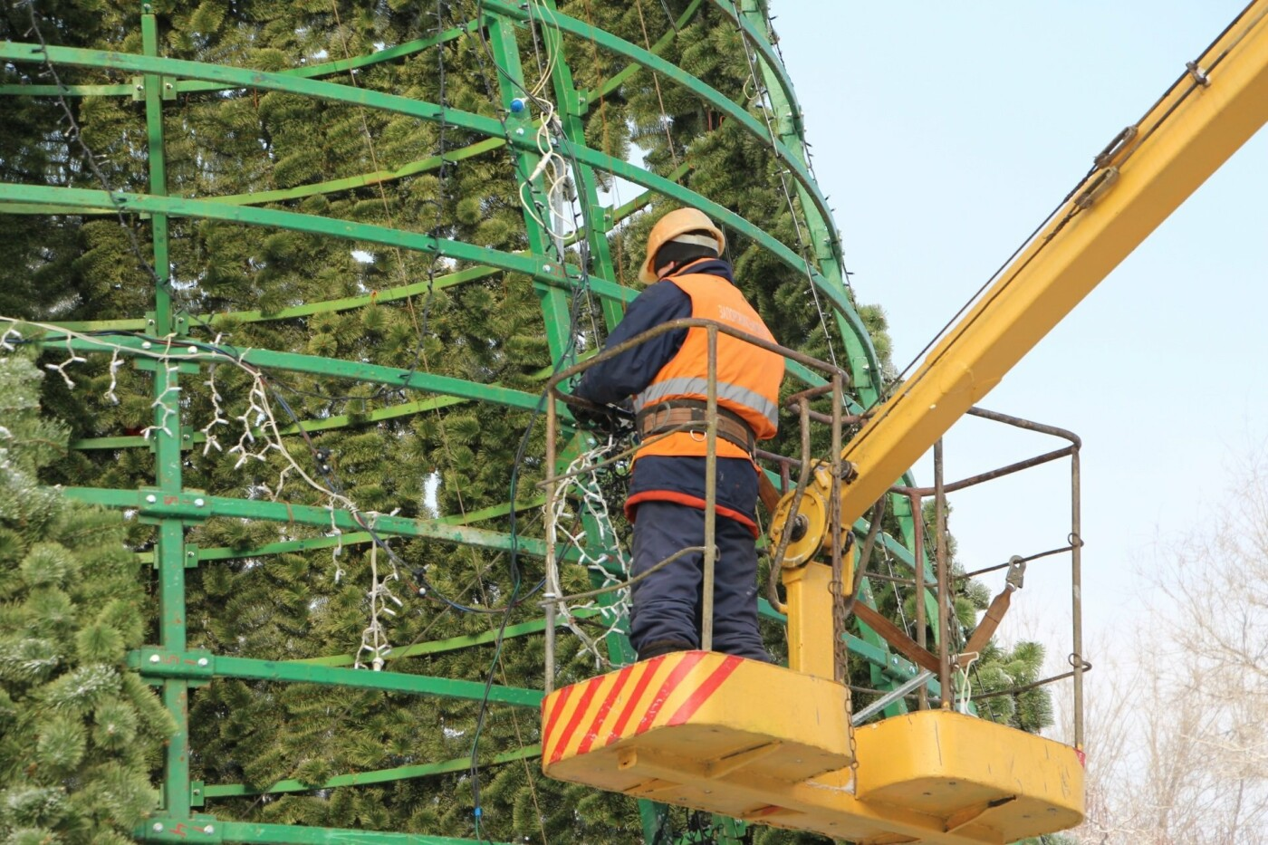 В Запорожье разбирают главную елку города, - ФОТО, фото-4