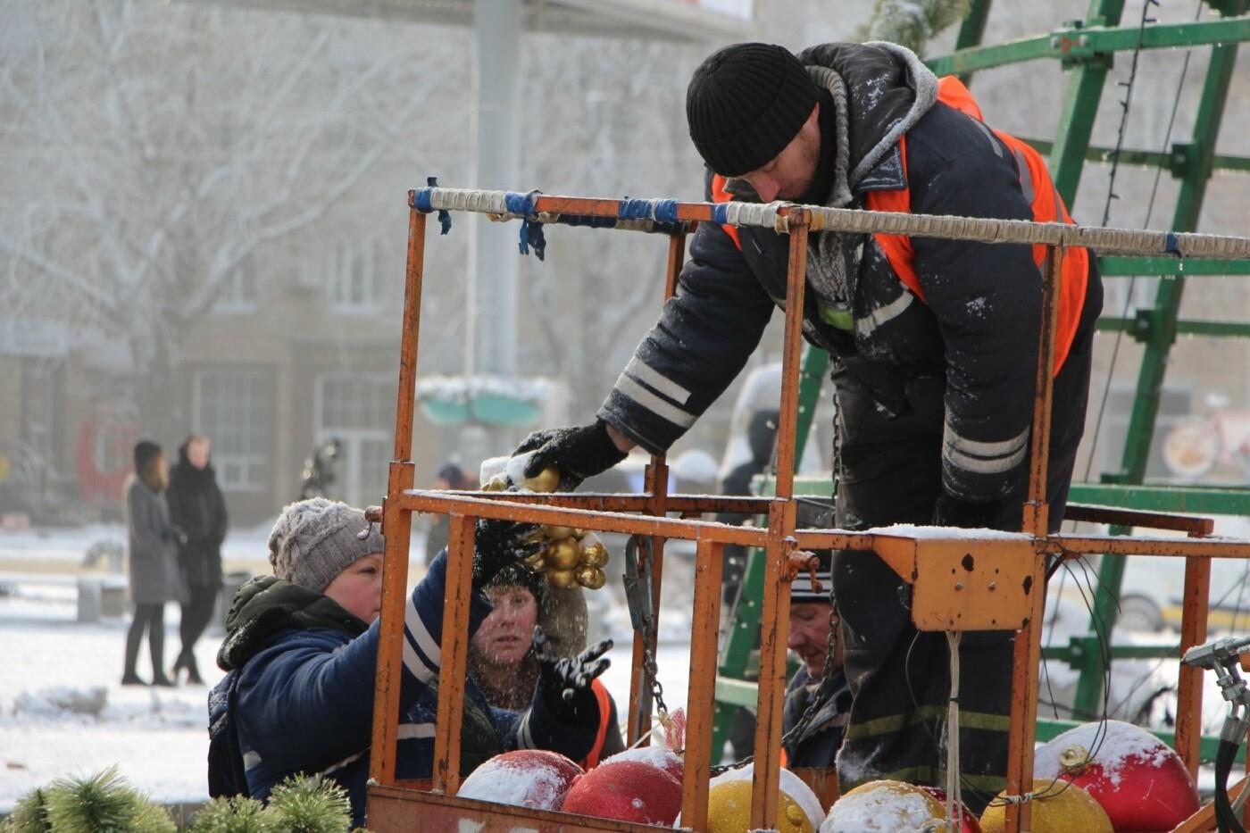 В Запорожье разбирают главную елку города, - ФОТО, фото-3