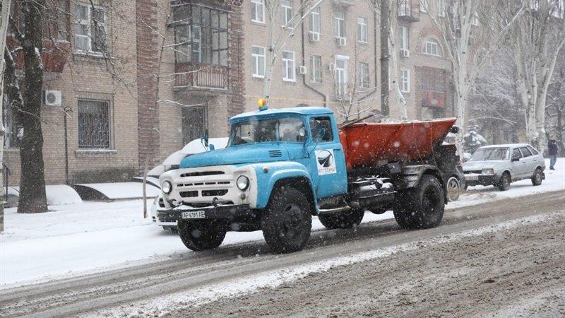 В Запорожье за сутки дороги посыпали 72 тоннами отсева, фото-1