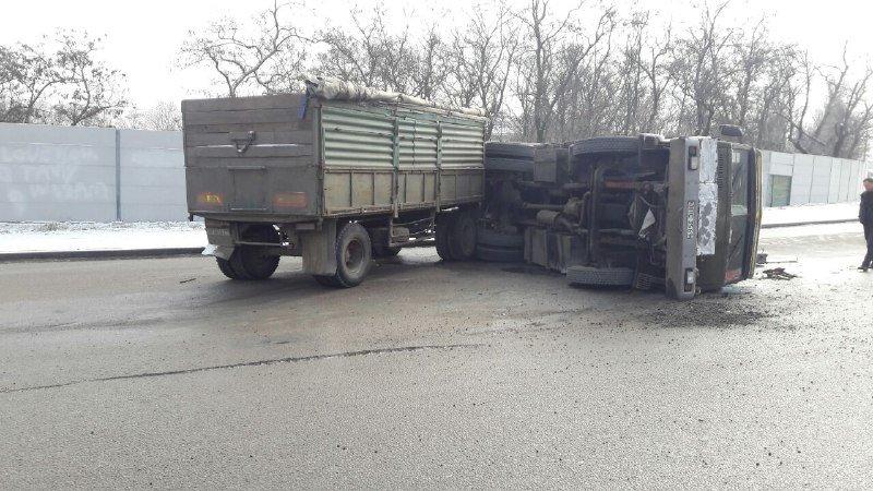 В Запорожье на Хортице перевернулся грузовик с бетонными плитами, – ФОТО, фото-2