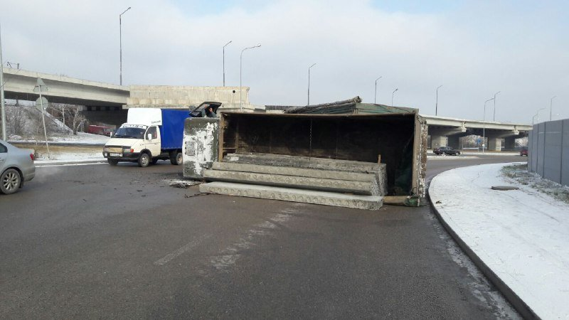 В Запорожье на Хортице перевернулся грузовик с бетонными плитами, – ФОТО, фото-1