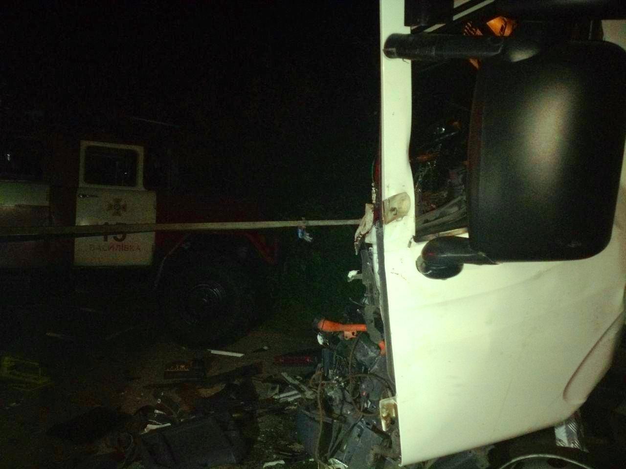 На запорожской трассе столкнулись два грузовика: одного из водителей забрала скорая, – ФОТО, фото-2