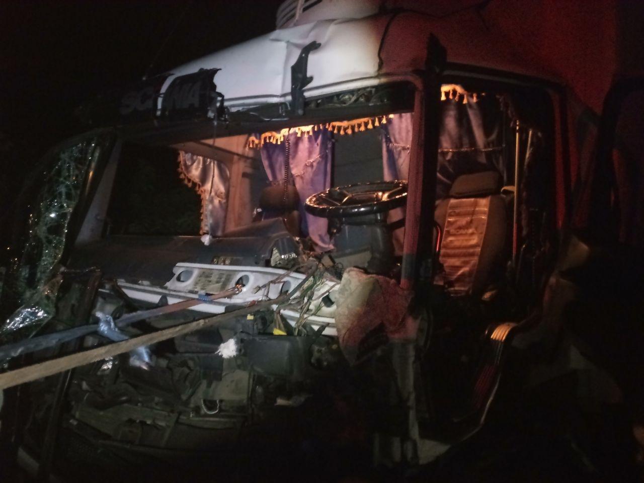 На запорожской трассе столкнулись два грузовика: одного из водителей забрала скорая, – ФОТО, фото-1